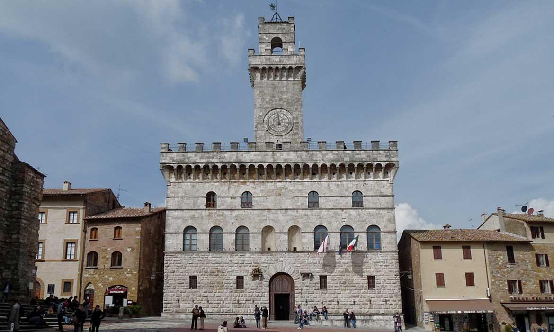 Montepulciano piaza is near Il Pozzo, a luxury villa in Tuscany